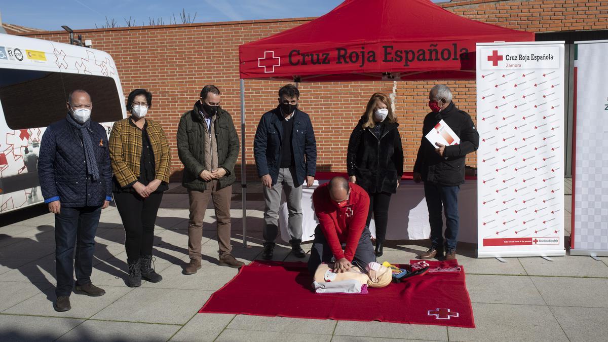 Un miembro de Cruz Roja realiza una demostración.