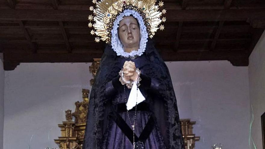 Una asociada sufraga la confección de un nuevo manto para la Virgen de la Soledad de Toro
