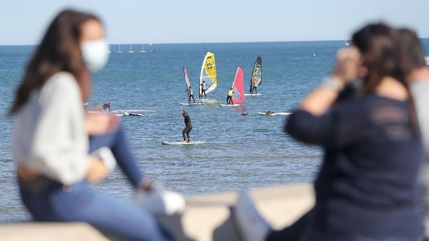 Sanidad propone usar la mascarilla en la playa solo para pasear y si no hay distancia