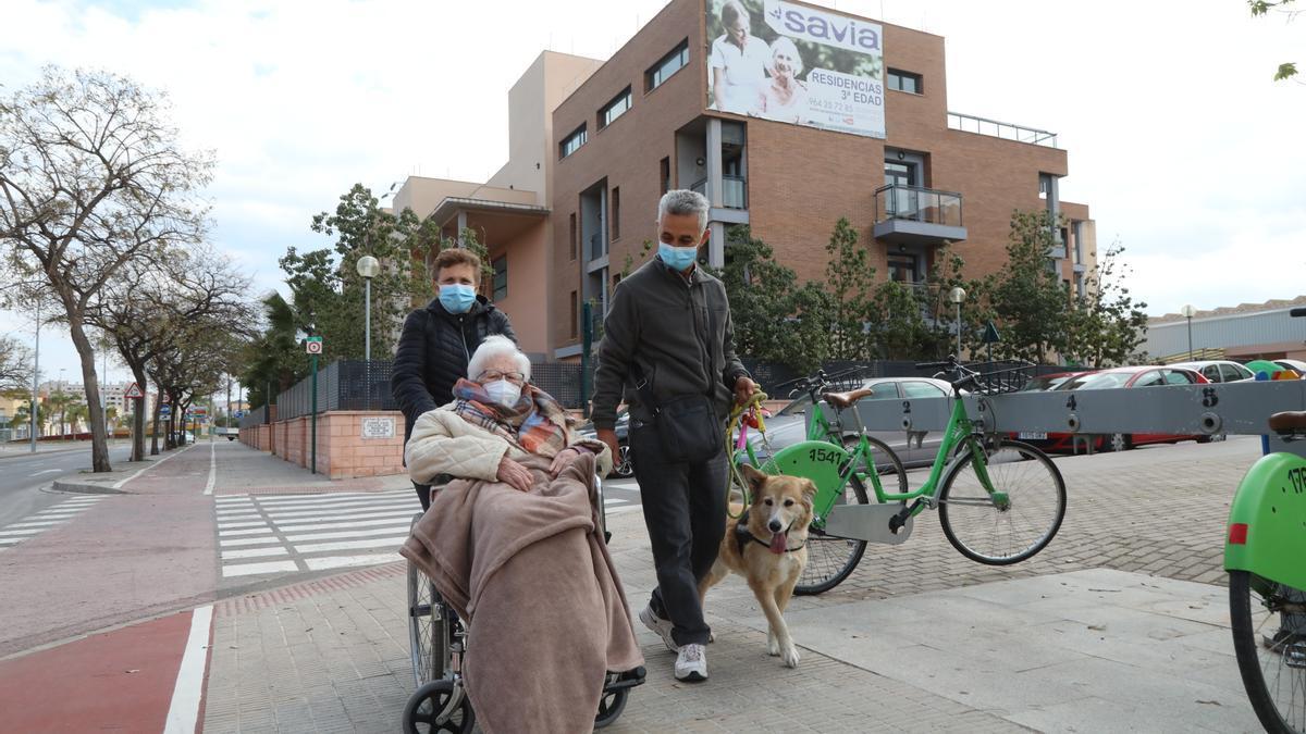 Dolores Rojas (91 años), residente en el centro Savia Castalia, pudo salir a pasear con su hija, en Castelló.