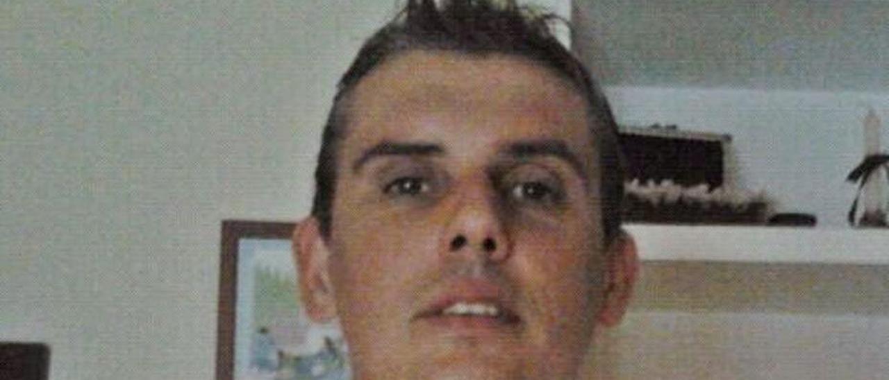 Avelino, ayer, en su domicilio de Jaén, con una camiseta del Sporting. | LNE
