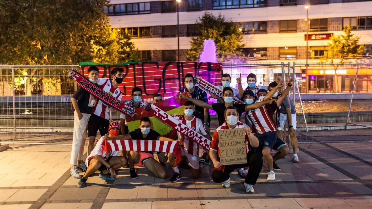 Aficionados del Zamora CF celebran el ascenso en La Marina.