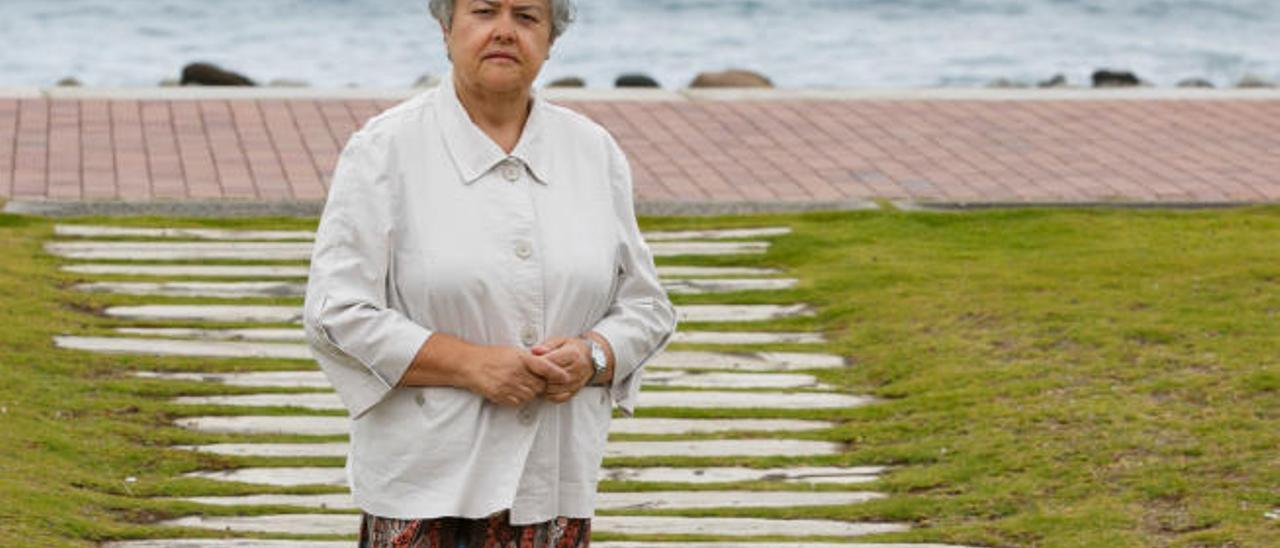 Pilar Vera, presidenta de la Asociación de Afectados del Vuelo JK5022, en la avenida de Las Canteras junto al Auditorio Alfredo Kraus.