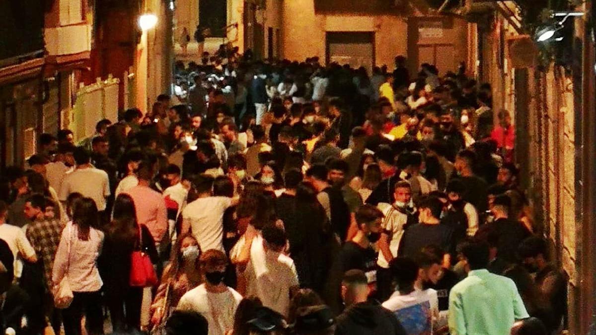 Aglomeración en Cartagena el sábado por la noche.  L.O.