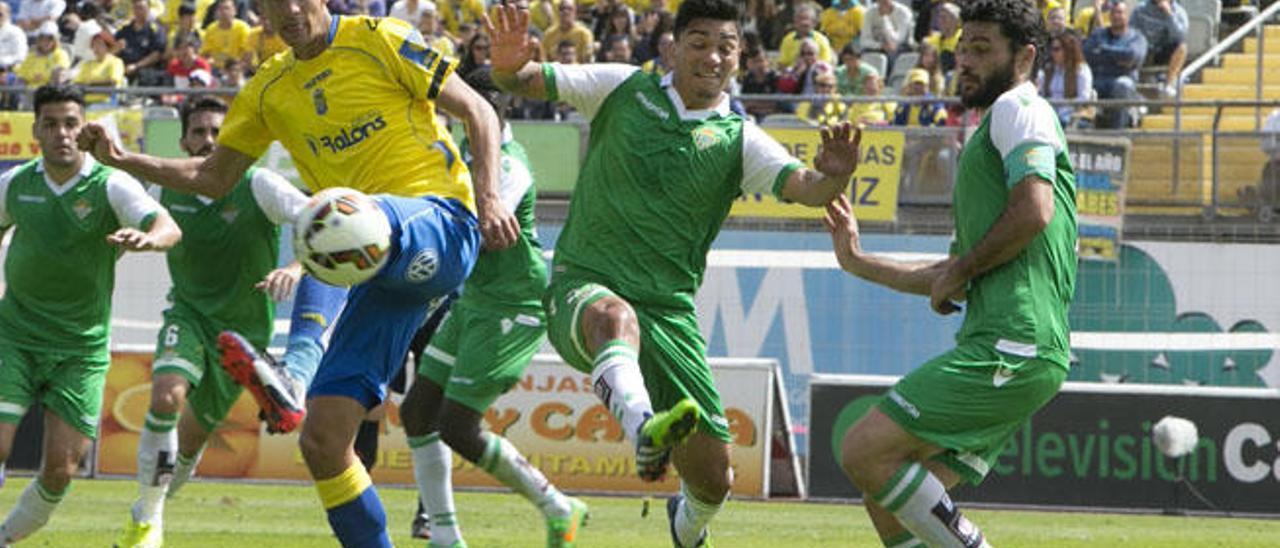 Vicente Gómez controla el balón durante el partido con el Betis.