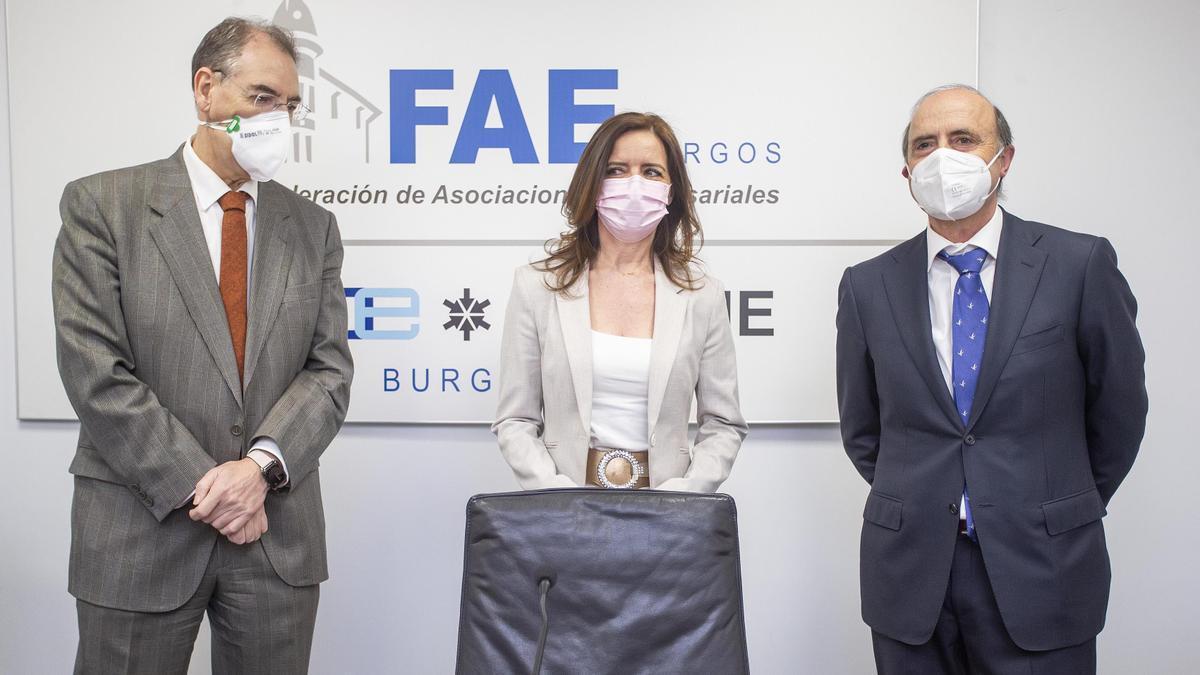 La consejera de Empleo e Industria de la Junta, Carlota Amigo (centro), el presidente de FAE, Miguel Ángel Benavente (izquierda), y el director del ITCL, José María Vela (derecha).