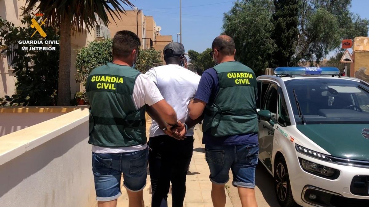 Agentes trasladan al detenido por el crimen machista al coche patrulla