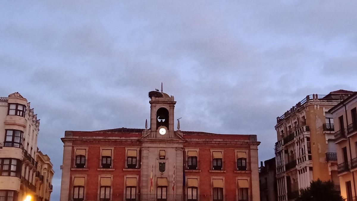 El cielo de Zamora visto desde la Plaza Mayor de la capital.
