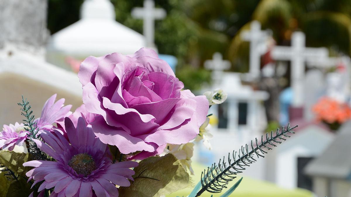 Las flores y coronas fúnebres, además de un adorno para tumbas y ataúdes, es también un objeto simbólico.