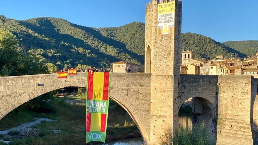 Vox desplega una bandera espanyola de grans dimensions al pont de Besalú