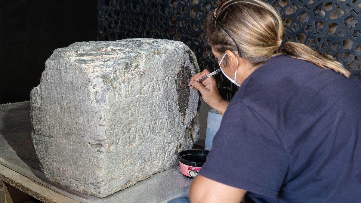 Los técnicos del Ayuntamiento están realizando un tratamiento conservativo a los pedestales antes de su exposición.