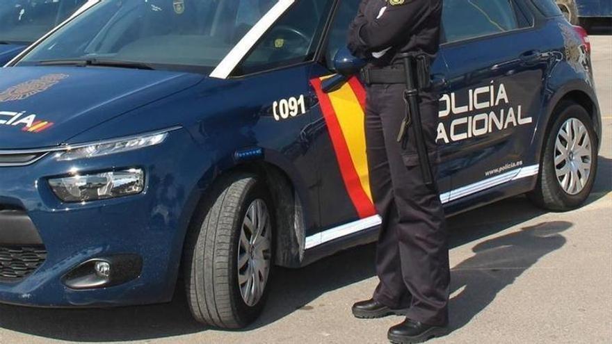 Detenido tras ser sorprendido arrojando la tapa de una alcantarilla contra la puerta de un local en Badajoz