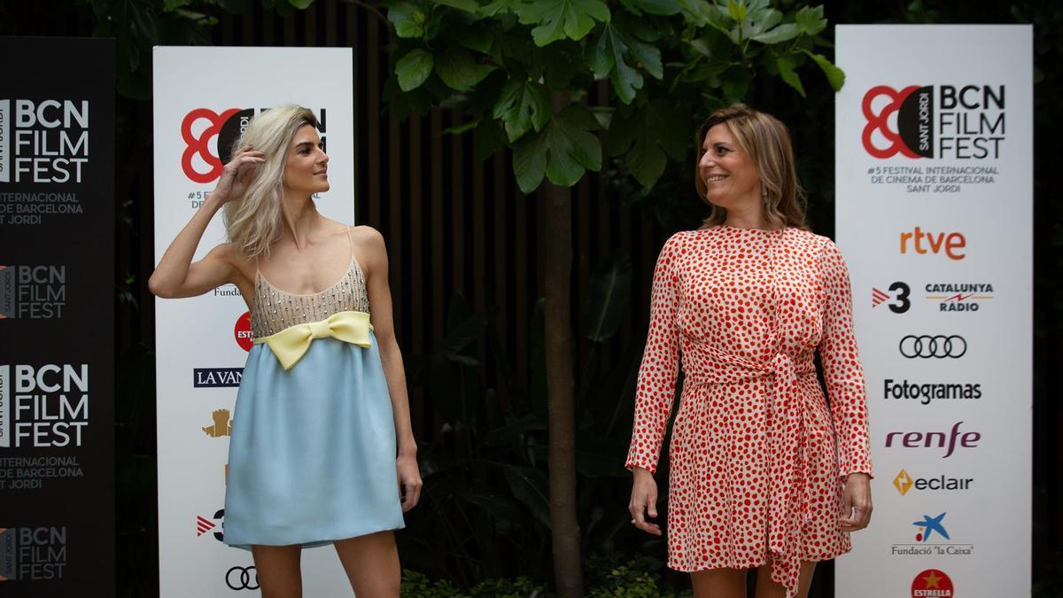 La actriz, Clara Lago y la directora, Mariana Barassi posan en el photocall de la película Crónica de una tormenta en el BCN Film Fest.