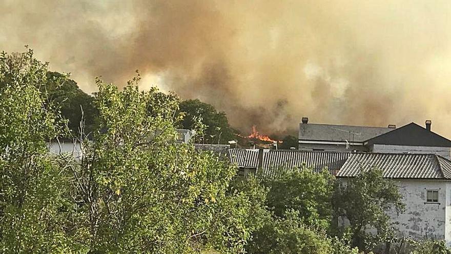 Importante despliegue de medios para apagar incendios en Robledo y Hermisende