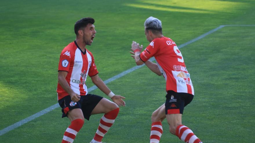 Carlos Ramos celebra el primer gol de Valentín en el play off de ascenso del Zamora CF ante la Segoviana.