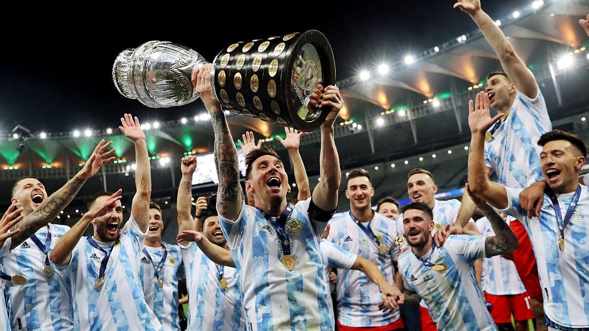 Messi levanta el trofeo junto a sus compañeros en Maracaná.    // REUTERS
