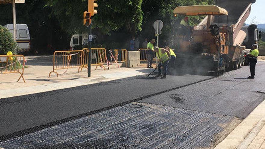 Reobren el trànsit a l'avinguda Lluís Companys de Besalú després de reparar l'esvoranc