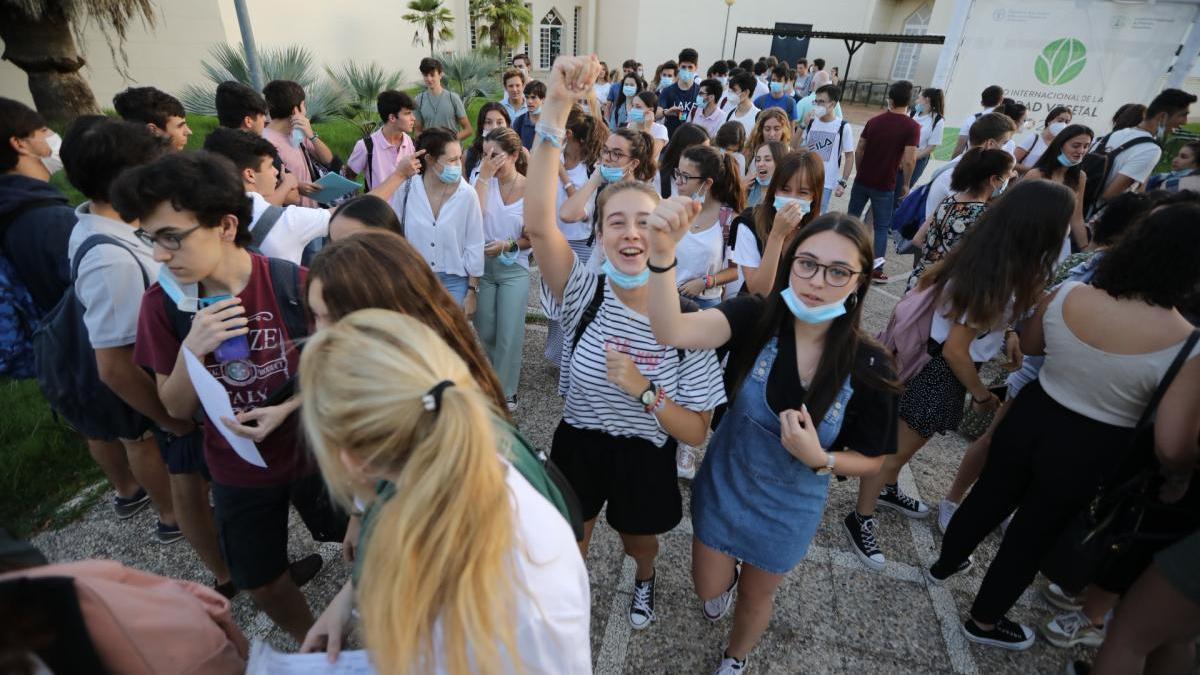 Alumnos antes de la prueba de Selectividad de 2020 en Córdoba.