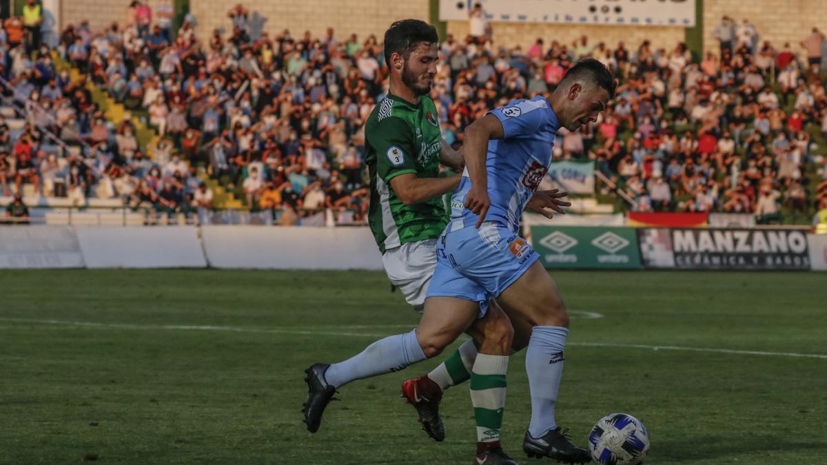 David López pelea con Rubén, del Cacereño, en el último partido del Príncipe Felipe.