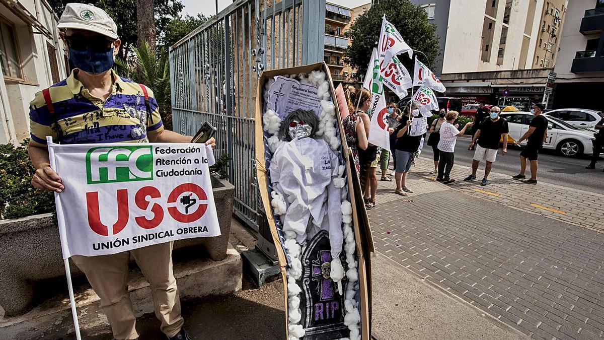 Los trabajadores colocaron un ataúd de cartón frente a la sede del IMAS.