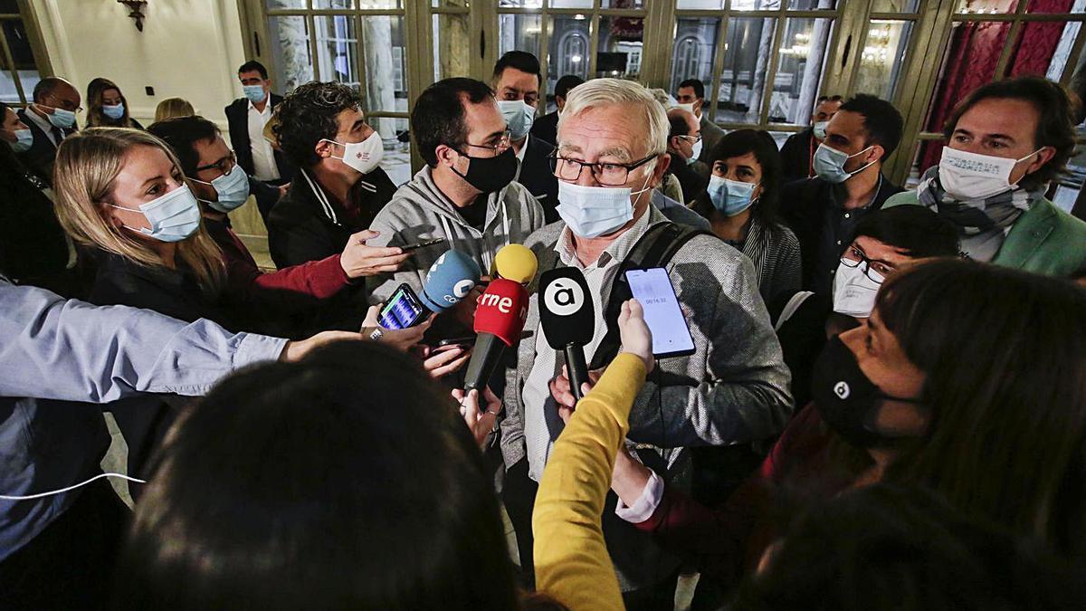 Joan Ribó se dirige a los periodistas antes del pleno municipal de ayer. | LEVANTE-EMV