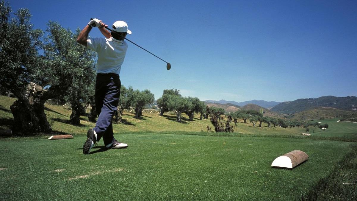 Un golfista en un campo de la Costa del Sol.