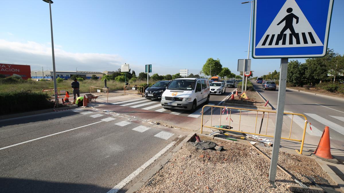Las obras ocasionan colas de vehículos en la ronda de circunvalación.