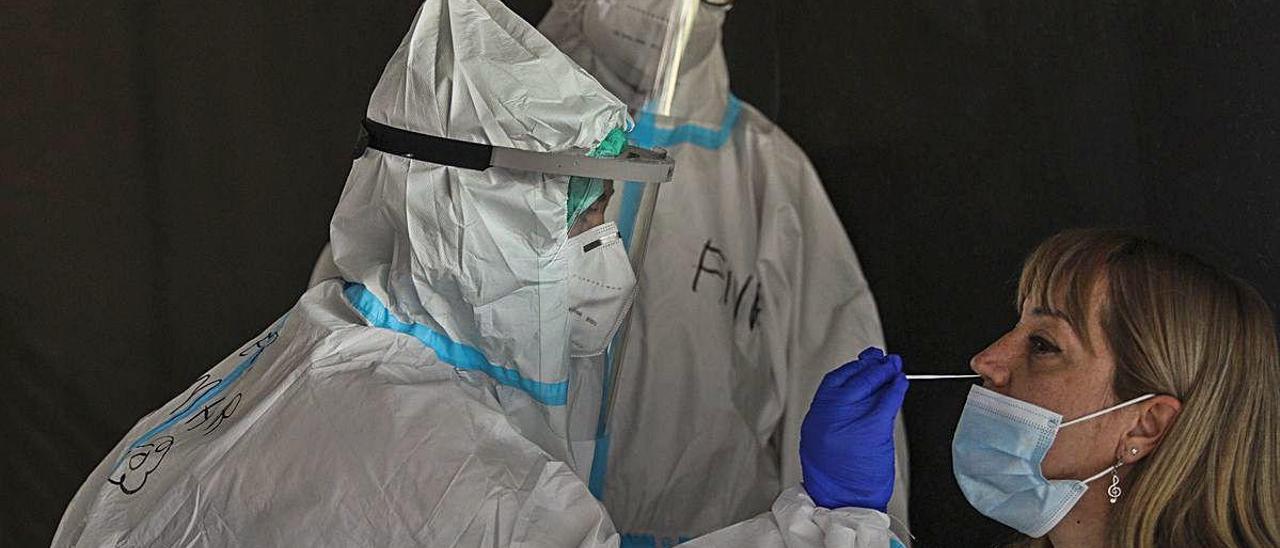 Una imagen de pruebas de PCR en el Hospital General de Elche el pasado mes de junio. ANTONIO AMORÓS