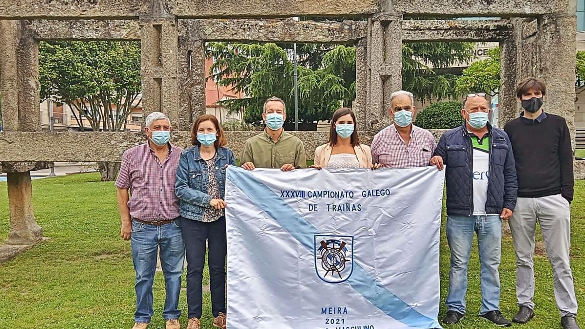 Presentación del Campeonato Gallego, con la alcaldesa Leticia Santos, en el medio, sujetando la bandera. |  // SANTOS ÁLVAREZ