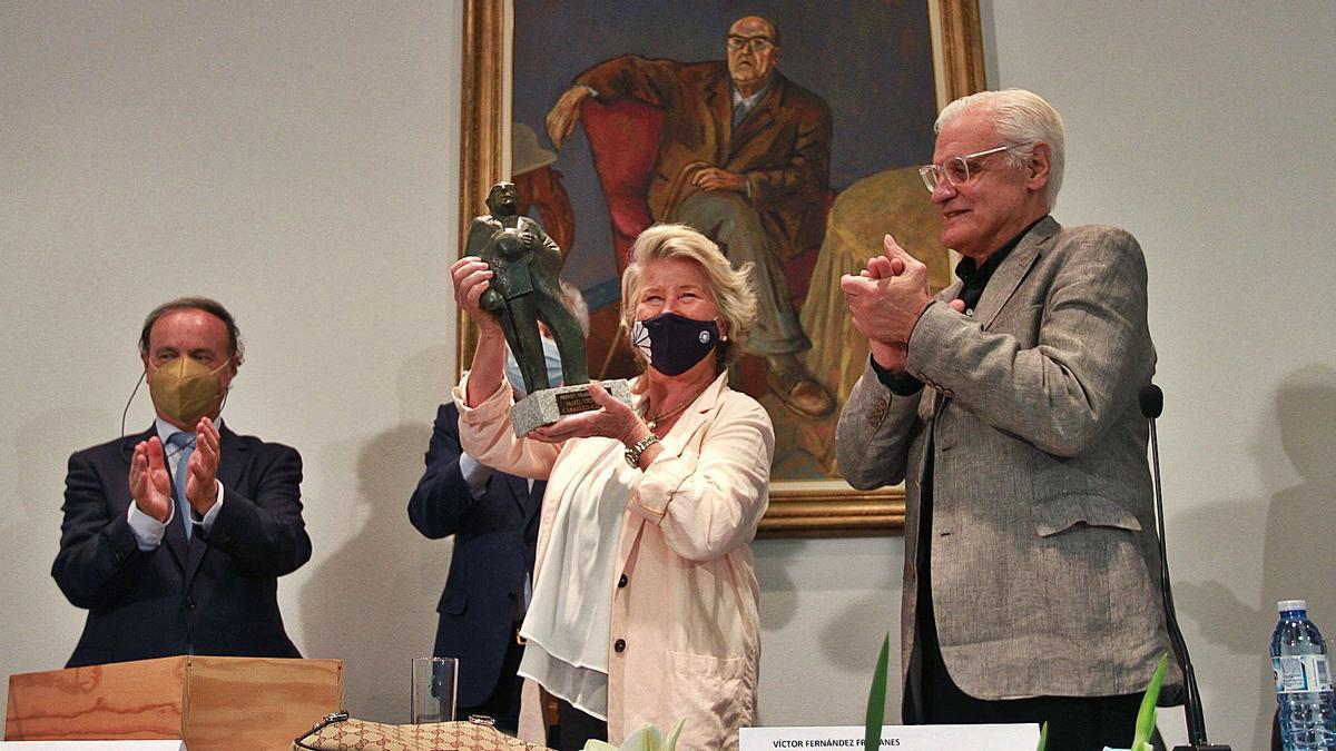 Victoria Carballo-Calero flanqueada por el presidente de Fundación Otero Pedrayo y el presidente de la Real Academia Galega.     // IÑAKI OSORIO