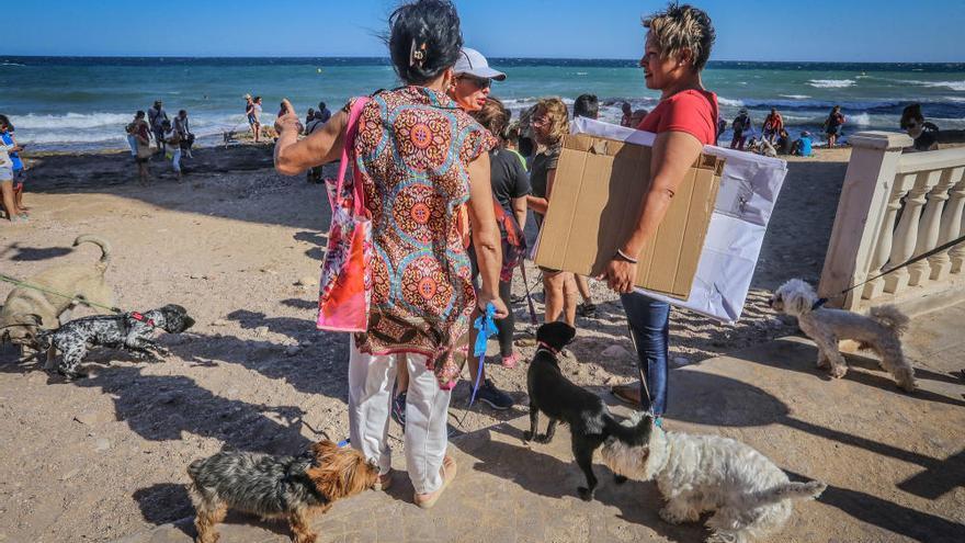 Concentración en defensa de las playas caninas en Torrevieja