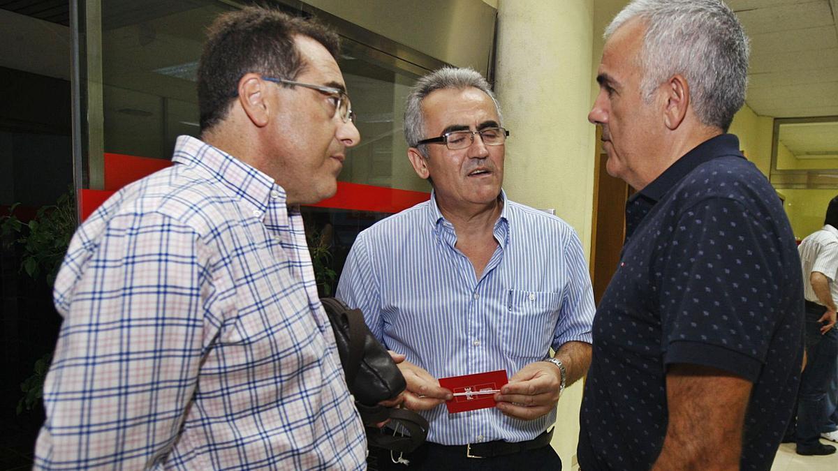 Alfonso Navarro, en el centro, en una imagen de archivo con Alfonso Martínez Baños, diputado en la Asamblea Regional