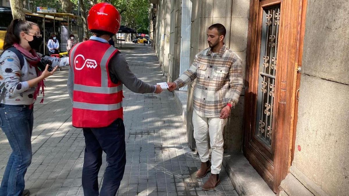 Un repartidor de Redkey entrega las llaves.