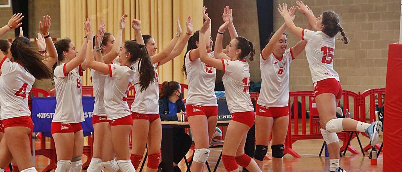 Las jugadoras del Grupo celebran un tanto. | Mara Villamuza