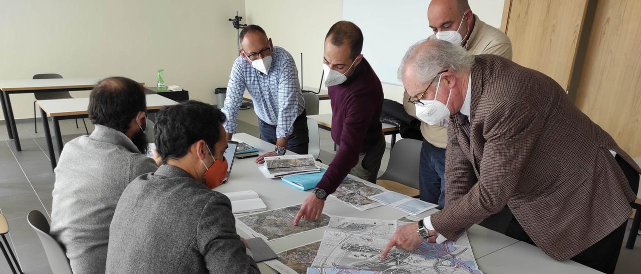 El alcalde de Siero, Ángel García (de pie, segundo por la izquierda), ayer, reunido con técnicos municipales para analizar el desarrollo de los proyectos del DUSI.
