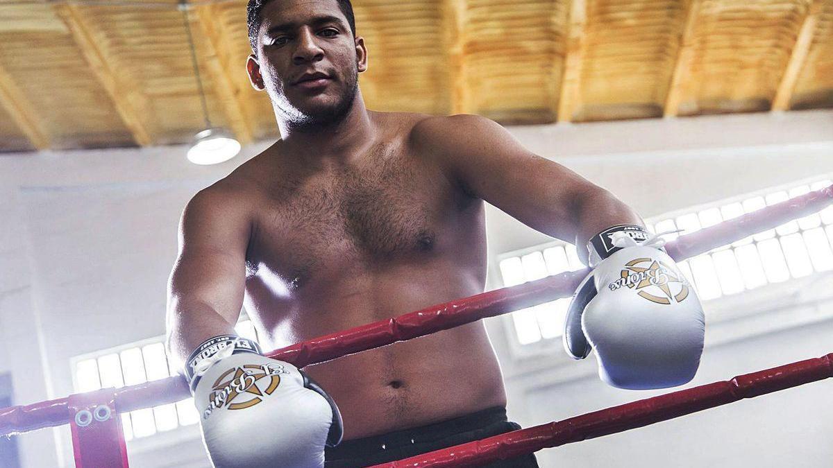 Enmanuel Reyes posa sobre el ring tras un combate.