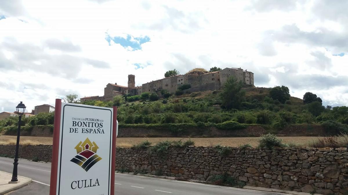 Panorámica de Culla tomada desde Sant Roc, al lado de la señal que acredita que es uno de los pueblos bonitos de España.