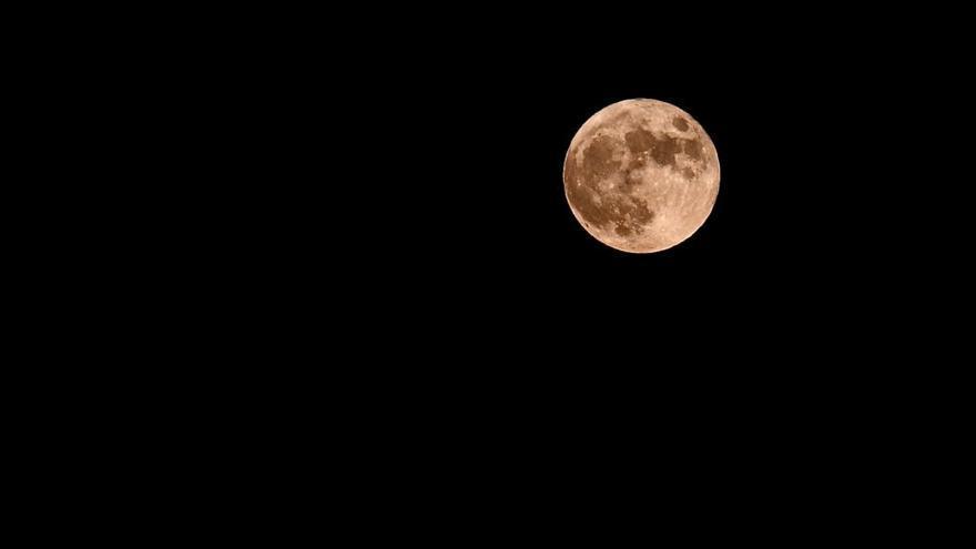 Así se vio desde Galicia la superluna de fresa
