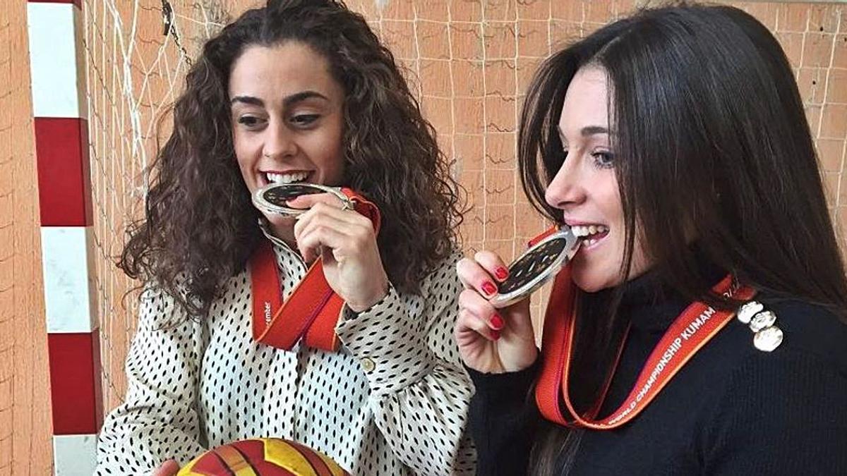 Sole y Marta López, con sus medallas de subcampeonas del Mundial de Japón