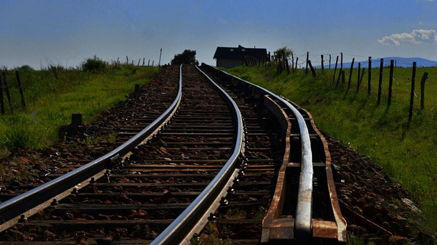 Senderistes caminen pel circuit del Tren Groc ignorant el risc de mort