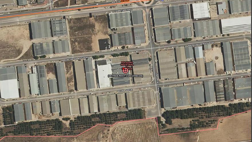 Extinguen las llamas de una furgoneta que ardía en un polígono industrial de Yecla