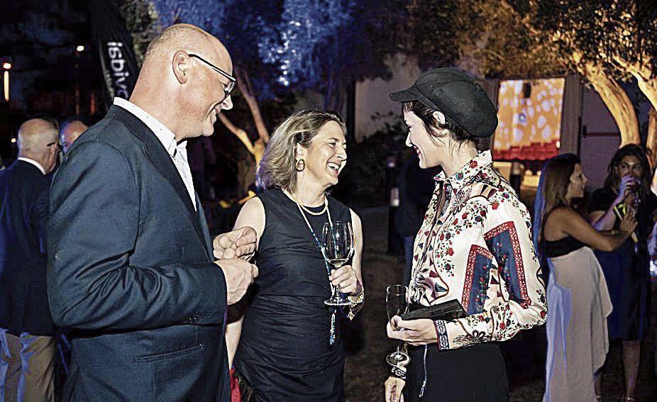 El economista Antoni Riera, de la Fundación Impulsa, departe distendidamente con las premiadas Carmen Sampol y Maika Makovski.