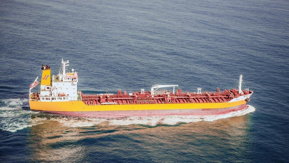 El petrolero 'Tinerfe', que rescató a un hombre a la deriva en el mar de Alborán.