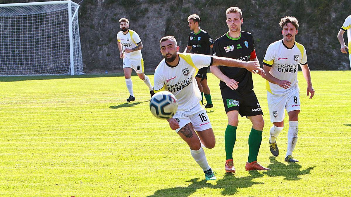 Los blancos, durante el derbi con la Unión Deportiva Barbadás en A Queixeira. |  // IÑAKI OSORIO
