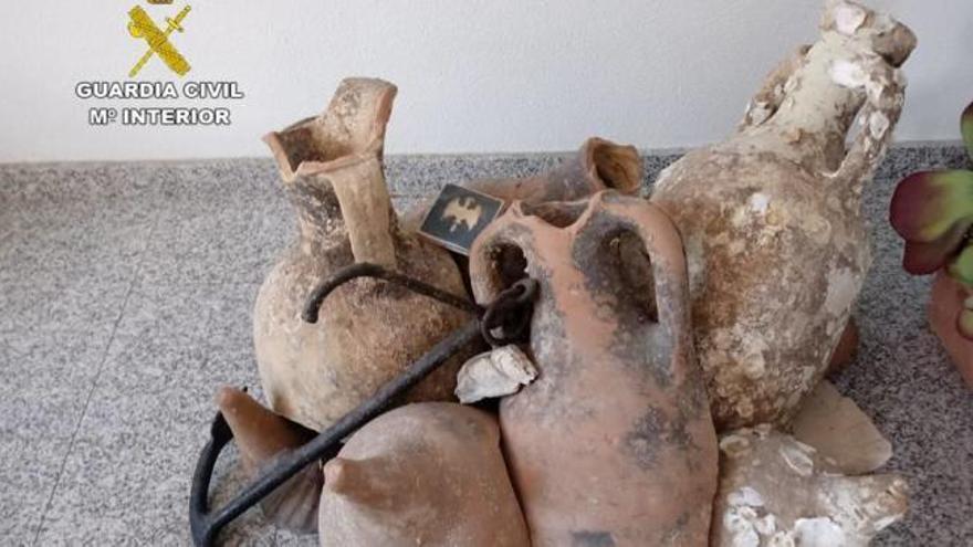 Recuperan 13 ánforas romanas que decoraban una tienda en Santa Pola