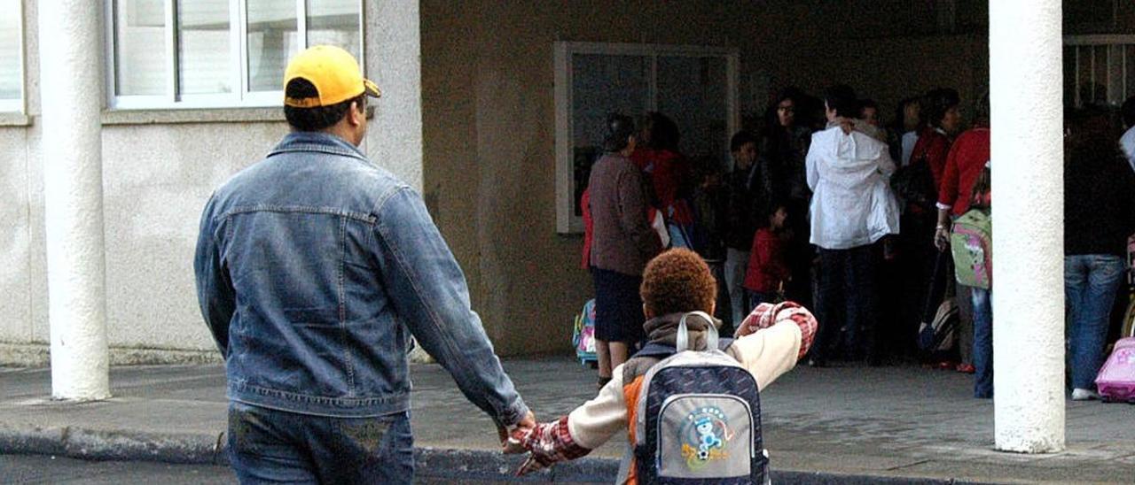 Un padre lleva a su hijo al colegio