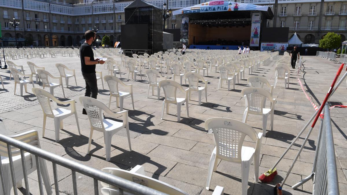 Montaje del escenario en la plaza de María Pita.