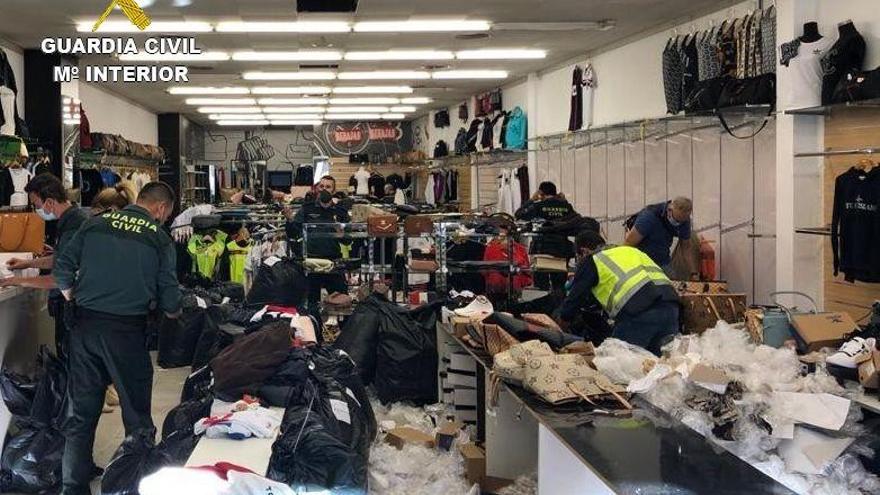 Comissen 5.100 objectes falsificats en una botiga de la Jonquera