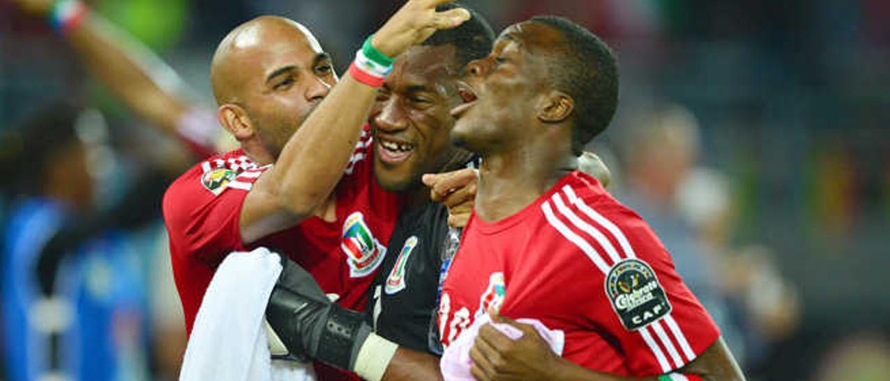 Randy celebra el pase a las semifinales junto a Ovono y Ngomo