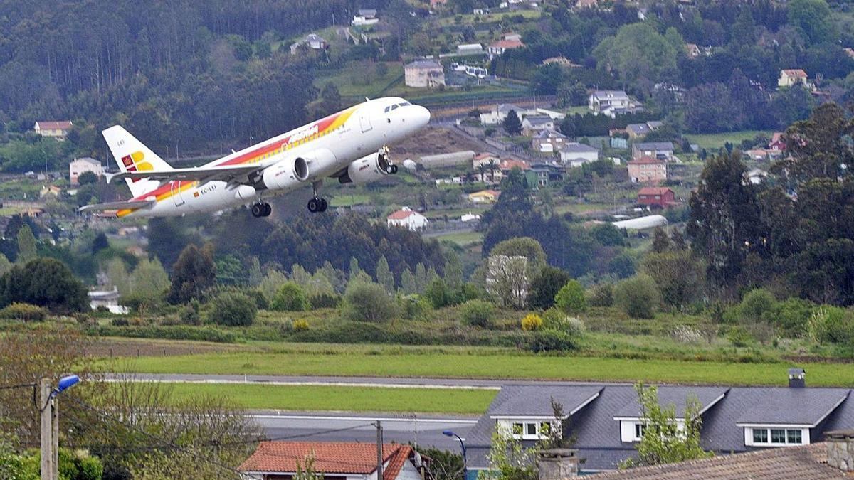 Un avión, sobre la pista de Alvedro.     // VÍCTOR ECHAVE